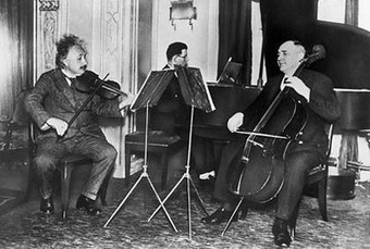 Einstein_playing_violin_2